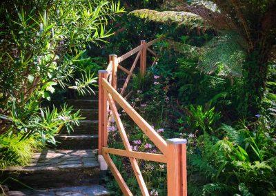 Gîte Les Mot Bleus - Accès par l'escalier du jardin